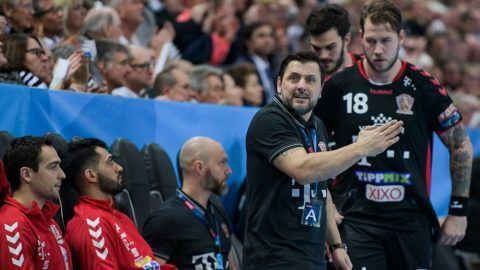 Veszprem's coach Ljubomir Vranjes (C) gives instructions during the handball Champions League group stages match between THW Kiel and Telekom Veszprem at the Sparkassen-Arena in Kiel,Germany, 07 February 2018. Player Andreas Nilsson (R) stands behind him. Photo: Axel Heimken/dpa