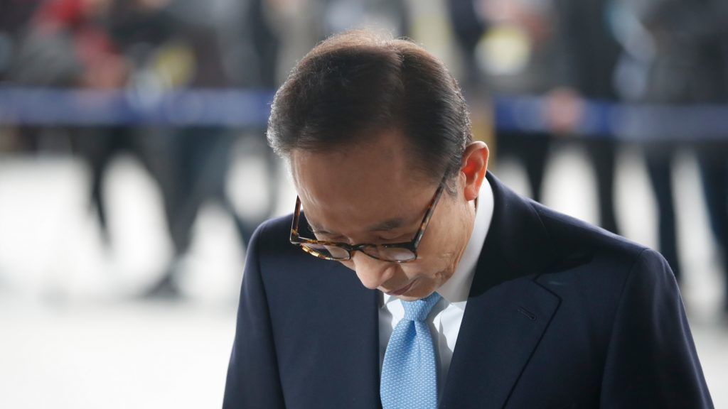 South Korea's former president Lee Myung-bak arrives at the prosecutors' office in Seoul on March 14, 2018.    Former South Korean president Lee Myung-bak reported to prosecutors for questioning in a corruption probe on March 14 and apologised for the controversy. / AFP PHOTO / POOL / KIM HONG-JI