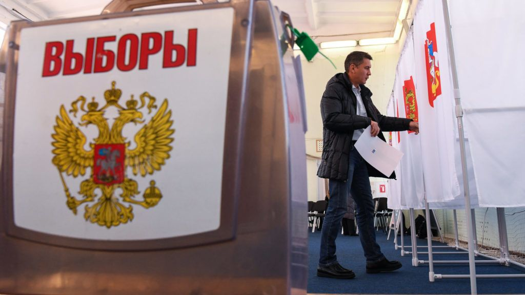 A man votes at a polling station during Russia's presidential election in the Sovkhoz Imeni Lenina, outside Moscow, on March 18, 2018. / AFP PHOTO / Kirill KUDRYAVTSEV