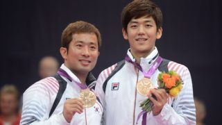 South Korea's Chung Jae Sung and Lee Yong Dae pose for pictures with their bronze medals after beating Malaysia's Koo Kien Keat and Tan Boon Heong in the Men's Doubles badminton bronze medal match at the London 2012 Olympic Games in London, on August 5, 2012.   AFP PHOTO / ADEK BERRY / AFP PHOTO / ADEK BERRY
