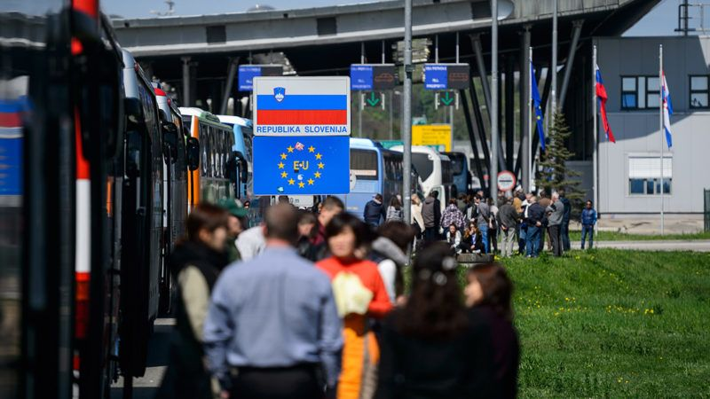 People wait to enter Slovenia at the Croatian side of the Obrezje border crossing point on April 7, 2017.Hundreds of cars and buses were stuck on Slovenia's border with Croatia on April 7, 2017 as tough checks on the EU's external frontiers entered into force to stop suspected Islamist fighters returning from Iraq and Syria. / AFP PHOTO / Jure Makovec