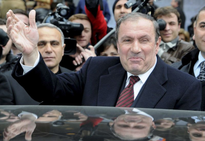 Armenian presidential candidate Levon Ter-Petrosan waves to his supporters in Yerevan on February 19, 2008. Armenians voted for a new president on February 19 with Prime Minister Serzh Sarkisian, the outgoing leader's most trusted ally, seen as the frontrunner after a bitterly fought campaign. Pre-election polls showed Sarkisian well ahead of eight rivals in the race to replace President Robert Kocharyan, who is constitutionally barred from taking a third five-year term.                  AFP PHOTO / KAREN MINASYAN / AFP PHOTO / KAREN MINASYAN