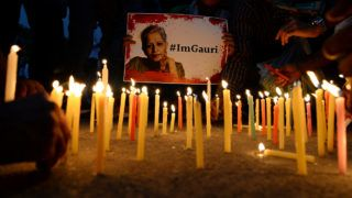 Indian activists take part in a protest rally against the killing of Indian journalist Gauri Lankesh at the India Gate memorial in New Delhi on September 6, 2017.Indian activists, politicians and journalists demanded a full investigation on September 6 into the murder of Gauri Lankesh, a newspaper editor and outspoken critic of the ruling Hindu nationalist party whose death has sent shockwaves across the country. / AFP PHOTO / SAJJAD HUSSAIN