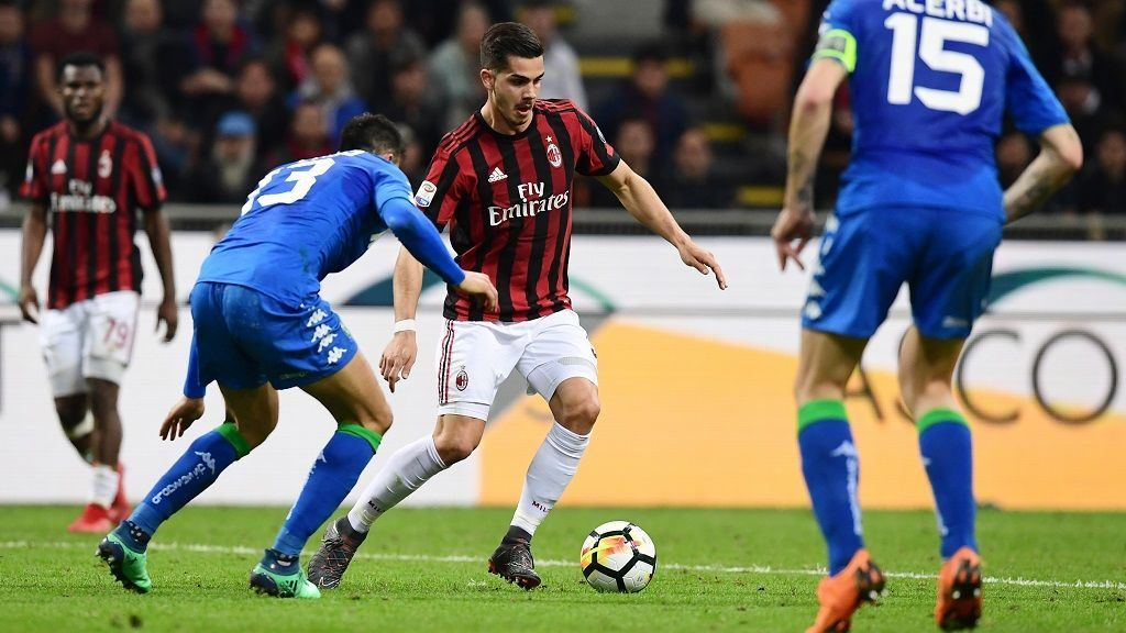AC Milan's Portuguese forward Andre Silva (C) vies with Sassuolo's Italian defender Federico Peluso during the Italian Serie A football match between AC Milan and Sassuolo at the San Siro stadium in Milan on April 8, 2018. / AFP PHOTO / MIGUEL MEDINA