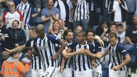 West Bromwich Albion's Venezuelan striker Salomon Rondon (C) celebrates with his team-mates after scoring their second goal to equalise 2-2 during the English Premier League football match between West Bromwich Albion and Liverpool at The Hawthorns stadium in West Bromwich, central England, on April 21, 2018.  / AFP PHOTO / Lindsey PARNABY / RESTRICTED TO EDITORIAL USE. No use with unauthorized audio, video, data, fixture lists, club/league logos or 'live' services. Online in-match use limited to 75 images, no video emulation. No use in betting, games or single club/league/player publications.  /
