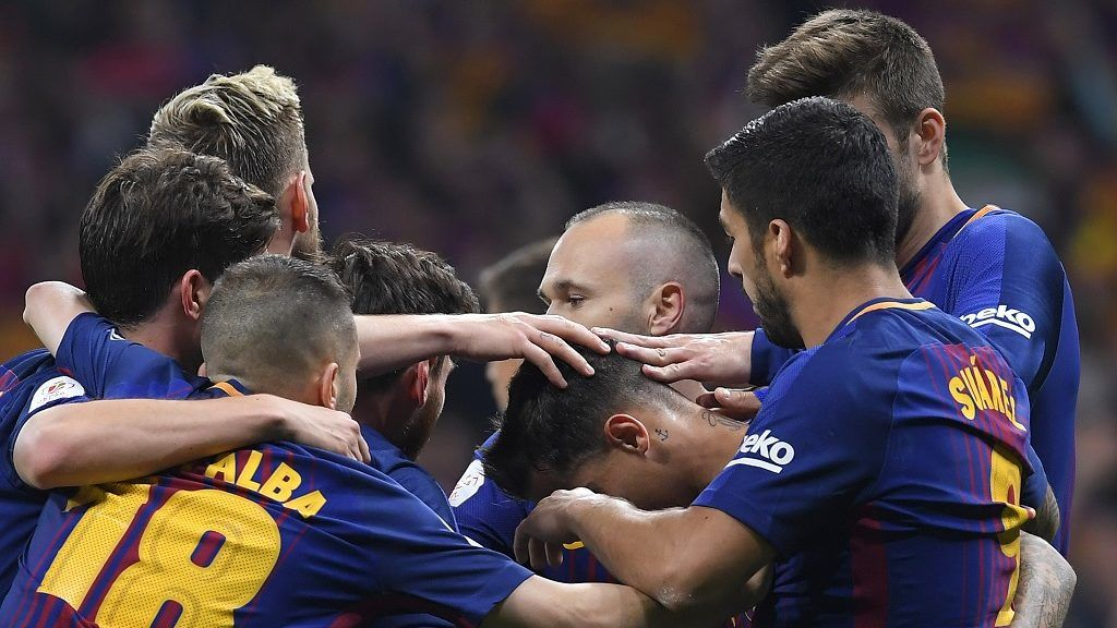 Barcelona's players celebrate after Brazilian midfielder Philippe Coutinho  scored during the Spanish Copa del Rey (King's Cup) final football match Sevilla FC against FC Barcelona at the Wanda Metropolitano stadium in Madrid on April 21, 2018.  / AFP PHOTO / LLUIS GENE
