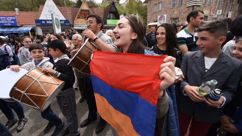 Supporters of Armenian opposition leader Nikol Pashinyan attend a rally in the small town of Dilijan on April 28, 2018. Armenian protest leader Nikol Pashinyan on April 28, 2018 rallied support for his bid to become prime minister as intensive talks were underway in a bid to break the deadlock over the country's next leader. / AFP PHOTO / Vano SHLAMOV