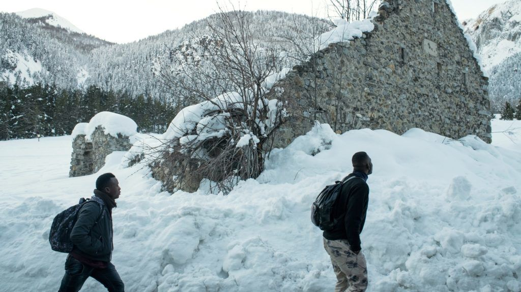 Migrants walk in the snow on their way to the Colle della scala (Col de l'Echelle) a snow-covered pass to cross the border between Italy and France, on January 13, 2018 near Bardonecchia, Italian Alps. / AFP PHOTO / Piero CRUCIATTI