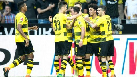 21 April 2018, Germany, Dortmund: Football, German Bundesliga, Borussia Dortmund vs Bayer Leverkusen at the Signal Iduna Park. Dortmund's players celebrate Marco Reus' 2:0 score. Photo: Marcel Kusch/dpa - IMPORTANT NOTICE: Due to the German Football League·s (DFL) accreditation regulations, publication and redistribution online and in online media is limited during the match to fifteen images per match
