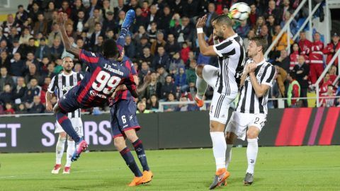 Nwankwo Simy of Crotone scores the equalizing goal during the serie A match between FC Crotone and Juventus at Stadio Comunale Ezio Scida on April 18, 2018 in Crotone, Italy.  (Photo by Gabriele Maricchiolo/NurPhoto)