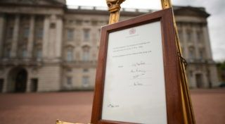 LONDON, ENGLAND - APRIL 23:   A notice is placed on an easel in the forecourt of Buckingham Palace in London to formally announce the birth of a baby boy to the Duke and Duchess of Cambridge at the Lindo Wing of St Mary's Hospital on April 23, 2018 in London, England.  The Duchess safely delivered a son at 11:01 am, weighing 8lbs 7oz, who will be fifth in line to the throne.  (Photo by Stefan Rousseau - WPA Pool/Getty Images)
