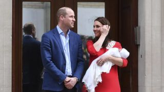 Britain's Prince William, Duke of Cambridge (L) and Britain's Catherine, Duchess of Cambridge present their newly-born son, their third child, to the media outside the Lindo Wing at St Mary's Hospital in central London, on April 23, 2018.   / AFP PHOTO / Ben STANSALL