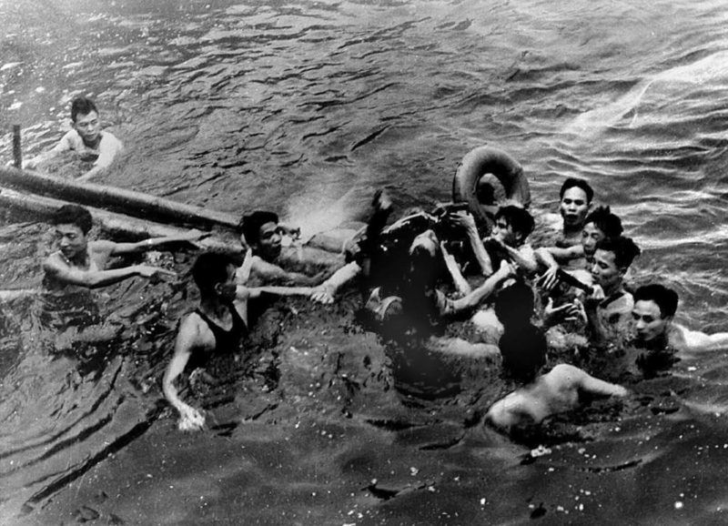 A photo taken 26 October 1967 shows US Navy Airforce Major John McCain (C) being rescued from Hanoi's Truc Bach lake by several Hanoi residents after his Navy warplane was downed by Northern Vietnamese army during the Vietnam War. One of his rescuers said 24 February 2000, McCain was well treated after being pulled from the lake by villagers. McCain said that upon capture he was beaten by an angry mob and bayoneted in the groin. (B/W ONLY)  AFP PHOTO / AFP PHOTO / VNA