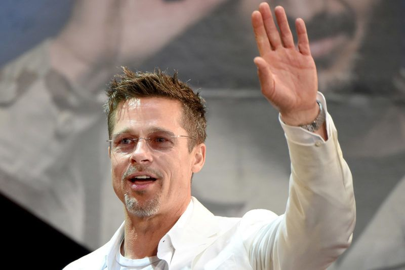 """US actor Brad Pitt waves to his fans during the Japan premiere of his latest movie """"War Machine"""" in Tokyo on May 23, 2017.The film will be released by online streaming on May 26. / AFP PHOTO / Toru YAMANAKA"""