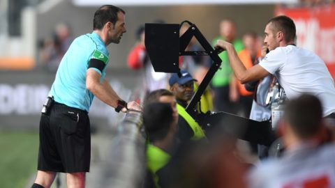 Referee Marco Fritz checks the Video assistant referee (VAR) during the German first division Bundesliga football match between FC Augsburg and Borussia Dortmund in Augsburg, southern Germany on September 30, 2017. / AFP PHOTO / Christof STACHE / RESTRICTIONS: DURING MATCH TIME: DFL RULES TO LIMIT THE ONLINE USAGE TO 15 PICTURES PER MATCH AND FORBID IMAGE SEQUENCES TO SIMULATE VIDEO. == RESTRICTED TO EDITORIAL USE == FOR FURTHER QUERIES PLEASE CONTACT DFL DIRECTLY AT + 49 69 650050 / RESTRICTIONS: DURING MATCH TIME: DFL RULES TO LIMIT THE ONLINE USAGE TO 15 PICTURES PER MATCH AND FORBID IMAGE SEQUENCES TO SIMULATE VIDEO. == RESTRICTED TO EDITORIAL USE == FOR FURTHER QUERIES PLEASE CONTACT DFL DIRECTLY AT + 49 69 650050