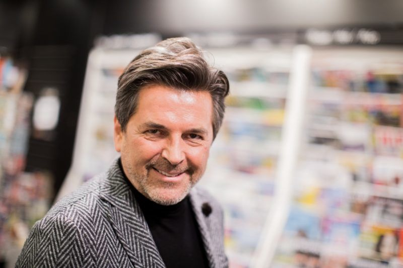 Former Modern Talking singer Thomas Anders holds up his cookbook 'Modern Cooking - Einfach, Lecker, Anders' (lit. 'Simple, Tasty, Different') at the Mayerschen Buchhandlung book store in Cologne, Germany, 7 November 2017. Photo: Rolf Vennenbernd/dpa