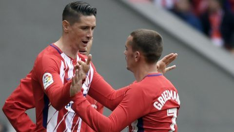 Atletico Madrid's French forward Antoine Griezmann (R) cheers Atletico Madrid's Spanish forward Fernando Torres as he leaves the pitch during the Spanish league football match between Club Atletico de Madrid and Levante UD at the Wanda Metropolitano stadium in Madrid on April 15, 2018. / AFP PHOTO / GABRIEL BOUYS