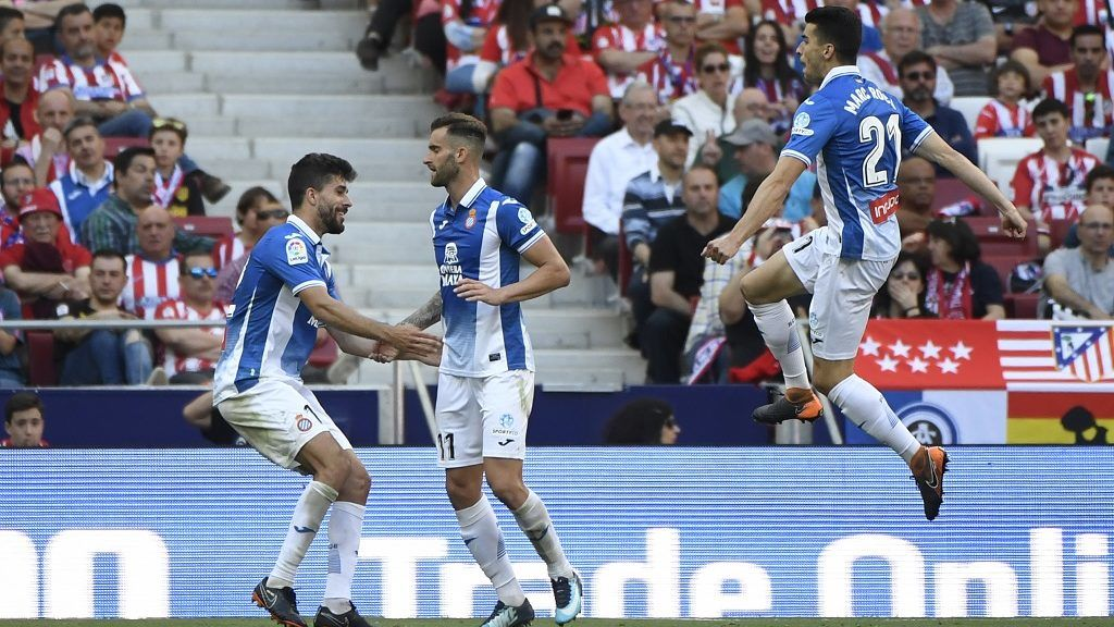 Espanyol's Brazilian forward Leo Baptistao (C) celebrates with teammates after scoring a goal during the Spanish league football match between Club Atletico de Madrid and RCD Espanyol at the Wanda Metropolitano stadium in Madrid on May 6, 2018. / AFP PHOTO / PIERRE-PHILIPPE MARCOU