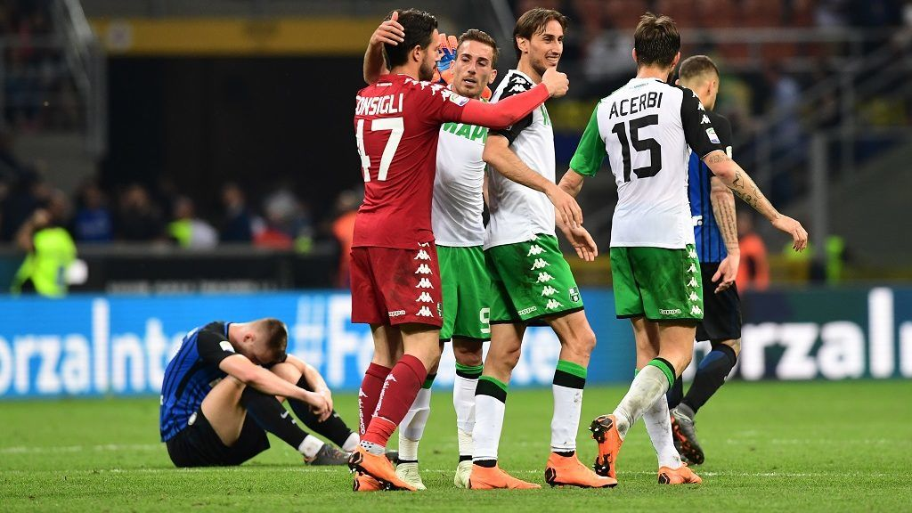 Sassuolo players celebrate after winning the Italian Serie A football match Inter Milan vs Sassuolo at the San Siro stadium in Milan on May 12, 2018. / AFP PHOTO / MIGUEL MEDINA