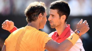 Spain's Rafael Nadal (L) is congratulated by Serbia's Novak Djokovic after winning their semi final match at Rome's ATP Tennis Open tournament at the Foro Italico, on May 19, 2018 in Rome. / AFP PHOTO / FILIPPO MONTEFORTE