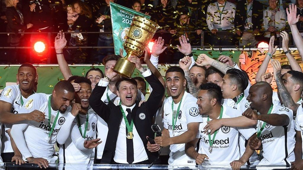 Frankfurt's Croatian head coach Niko Kovac and his players celebrate with the trophy after the German Cup DFB Pokal final football match FC Bayern Munich vs Eintracht Frankfurt at the Olympic Stadium in Berlin on May 19, 2018. / AFP PHOTO / Christof Stache / RESTRICTIONS: ACCORDING TO DFB RULES IMAGE SEQUENCES TO SIMULATE VIDEO IS NOT ALLOWED DURING MATCH TIME. MOBILE (MMS) USE IS NOT ALLOWED DURING AND FOR FURTHER TWO HOURS AFTER THE MATCH. == RESTRICTED TO EDITORIAL USE == FOR MORE INFORMATION CONTACT DFB DIRECTLY AT +49 69 67880   /
