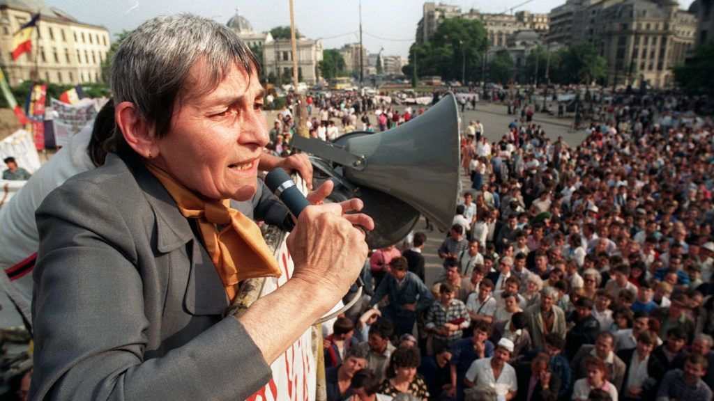 Speaking to up to 3000 people in University Square in Bucharest, Doina Cornea urges a group of hunger strikers to end their movement, 23 May 1990. About 40 people have stopped taking food in a bid to press their demand for a communist-free Romania.  / AFP PHOTO / ANDREI ILIESCU