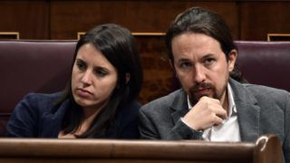 Leader of left wing party Podemos Pablo Iglesias (R) sits beside Podemos MP Irene Montero  at the Spanish Parliament in Madrid on October 11, 2017. Spain threatened to suspend Catalonia's autonomy if it follows through on its threat to break away as an independent country. Prime Minister Mariano Rajoy has vowed to do everything in his power to prevent Catalan secession following a banned referendum in the region, which remains deeply divided over independence.  / AFP PHOTO / JAVIER SORIANO