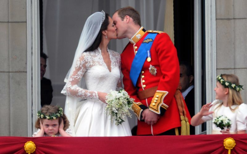 TRH Prince William, Duke of Cambridge and Catherine Middleton, Duchess of Cambridge kiss on the balcony of Buckingham Palace following their wedding on April 29, 2011 in London, England. (Photo by Anwar Hussein/WireImage)