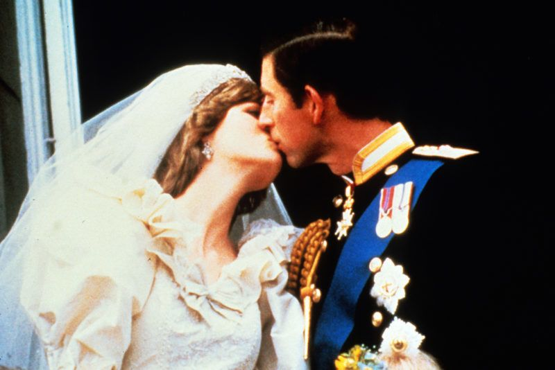 LONDON - JULY 29:  Prince Charles, Prince of Wales and Princess Diana, Princess of Wales, kiss on the balcony of Buckingham Palace following their wedding on July 29, 1981 in London, England.  (Photo by Anwar Hussein/WireImage)