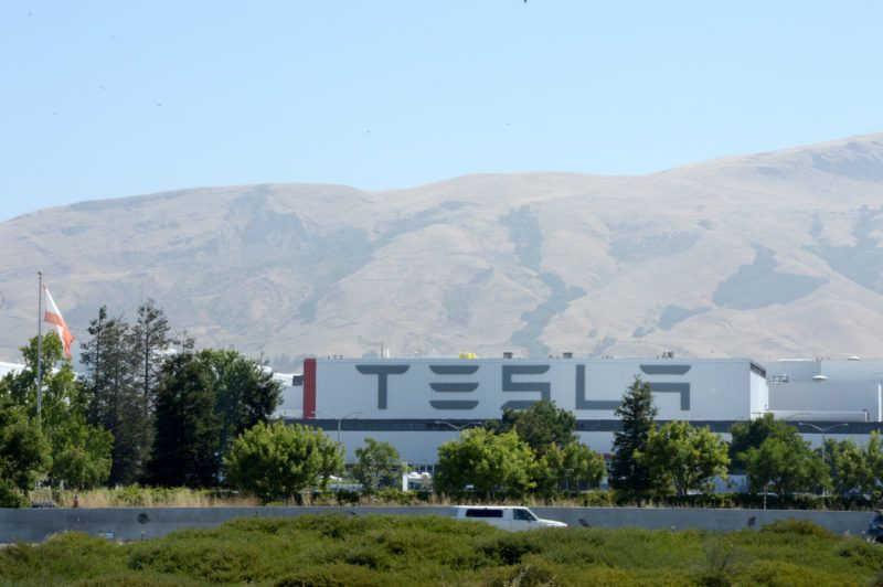 View of the factory of electric car manufacturer Tesla in Fremont, US, 28 July 2017. Tesla started supplying the first cars of the new Model 3. Photo: Andrej Sokolow/dpa