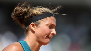 Italy's Sara Errani reacts during her women's singles first round tennis match against France's Alize Cornet on day one of The Roland Garros 2018 French Open tennis tournament in Paris on May 27, 2018. / AFP PHOTO / CHRISTOPHE ARCHAMBAULT