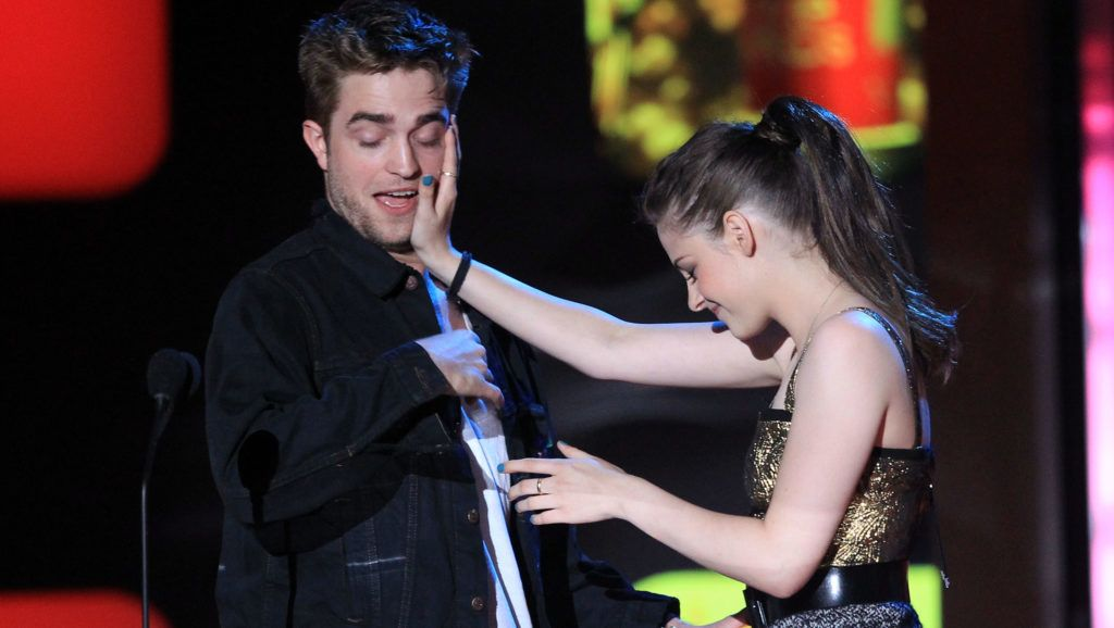 UNIVERSAL CITY, CA - JUNE 06:  Robert Pattinson and Kristen Stewart accept the Best Kiss Award onstage at the 2010 MTV Movie Awards held at the Gibson Amphitheatre at Universal Studios  on June 6, 2010 in Universal City, California.  (Photo by Christopher Polk/Getty Images)
