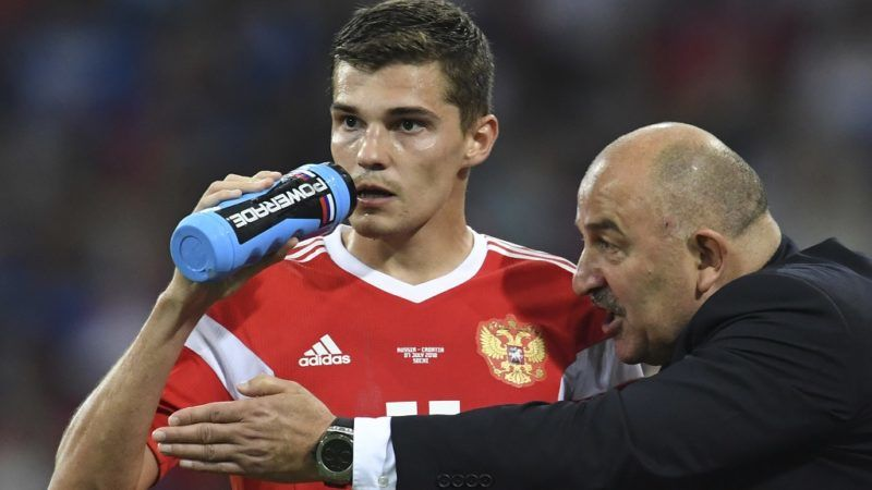 Russia's coach Stanislav Cherchesov gives instructions to Russia's midfielder Roman Zobnin during the Russia 2018 World Cup quarter-final football match between Russia and Croatia at the Fisht Stadium in Sochi on July 7, 2018. / AFP PHOTO / Kirill KUDRYAVTSEV / RESTRICTED TO EDITORIAL USE - NO MOBILE PUSH ALERTS/DOWNLOADS