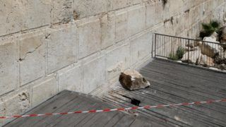 A picture taken on July 23, 2018 shows the massive stone block that dislodged from the Western Wall, Judaism's holiest worship site, falling down onto an egalitarian prayer platform in the Old City of Jerusalem. Jerusalem authorities restricted access to the sites after the 100-kilogrammes-stone (220 pounds) fell close to a female worshipper, narrowly missing her, according to Mayor Nir Barkat. Nobody was harmed. / AFP PHOTO / GALI TIBBON
