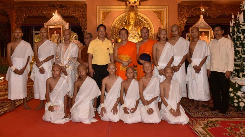 "The rescued 11 Thai boys and members of ""Wild Boars"" football team together with their coach wearing white robes pose with Buddhist monks at the Phra That Doi Wao Buddhist temple in the Mae Sai district of Chiang Rai province during the religious ordination ceremony on July 24, 2018. Most members of the Thai youth football team rescued from a flooded cave will have their heads shaved, don robes and be ordained in a Buddhist ceremony this week, officials said on July 22. / AFP PHOTO / THAI NEWS PIX / Panumas Sanguanwong"
