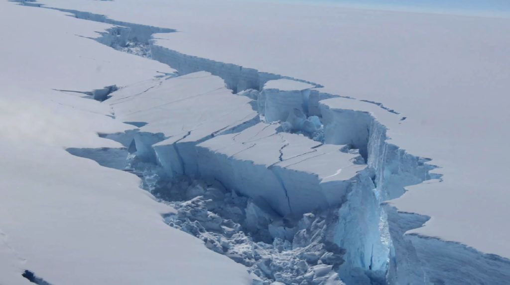 """A screengrab made on July 14, 2017 from a video released by the British Antarctic Survey shows the rift in the Larsen C Ice Shelf, on the Antartic Peninsula, in February 2017. Observations from February 2017 show the growing crack in the ice shelf which suggests that an iceberg with an area of more than 5,000 km² is likely to calve soon. / AFP PHOTO / BRITISH ANTARCTIC SURVEY / STRINGER / RESTRICTED TO EDITORIAL USE - MANDATORY CREDIT """"AFP PHOTO / BRITISH ANTARCTIC SURVEY"""" - NO MARKETING NO ADVERTISING CAMPAIGNS - DISTRIBUTED AS A SERVICE TO CLIENTS - NO RESALE"""