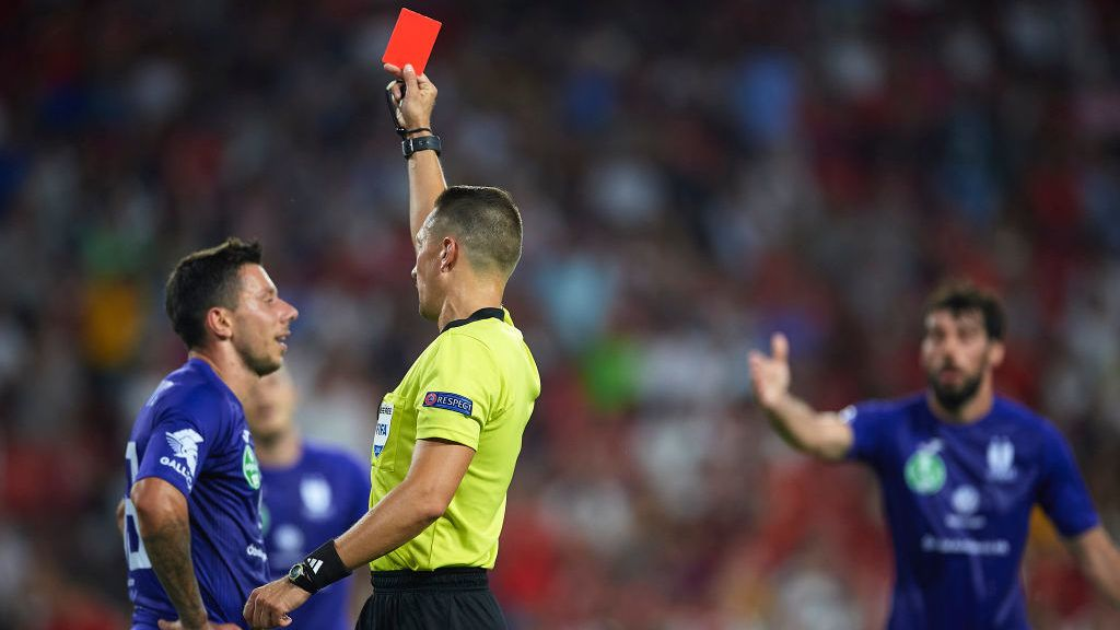 SEVILLE, SPAIN - JULY 26: Letonian referee Andris Treimanis shows red card to Pauljevic of Ujpest during the UEFA Europa League Second Qualifying Round 1st leg match between Sevilla and Ujpest at Estadio Ramon Sanchez Pizjuan on July 26, 2018 in Seville, Spain.  (Photo by Aitor Alcalde/Getty Images)