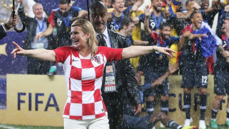 Moszkva, 2018. július 16.Kolinda Grabar-Kitarovic horvát elnök (b) szakadó esőben megy le a pályáról az ünneplő francia válogatott mellett az oroszországi labdarúgó-világbajnokság Franciaország - Horvátország döntő mérkőzése után a moszkvai Luzsnyiki Stadionban 2018. július 15-én. Franciaország 4-2-re győzött. (MTI/EPA/Felipe Trueba)