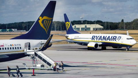 Passengers disembark from a Ryanair aircraft at Eindhoven Airport in Eindhoven on August 10, 2018. Ryanair pilots across Europe staged a coordinated 24-hour strike to push their demands for better pay and conditions, plunging tens of thousands of passengers into transport chaos at the peak of the busy summer season. The Irish no-frills airline was forced to scrap some 400 out of 2,400 scheduled European flights as pilots in Ireland, Germany, Belgium, Sweden and the Netherlands walked off the job. Despite the strike of Ryanair pilots no flights have been canceled in the Netherlands. / AFP PHOTO / ANP / Jerry Lampen / Netherlands OUT