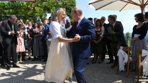 Austrian Foreign Minister Karin Kneissl and Russian President Vladimir Putin dance during her wedding on August 18, 2018 in Gamlitz, Styria, Austria. / AFP PHOTO / APA AND POOL / Roland SCHLAGER