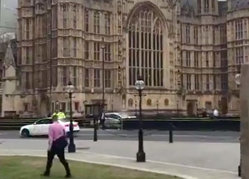 "This grab taken from a video posted by Twitter user @EwelinaUO shows a silver car after it crashed into barriers outside the Houses of Parliament on August 14, 2018 in central London. A ""number of pedestrians"" were injured when a car crashed into barriers outside Britain's Houses of Parliament today, with armed police swooping in to arrest the driver, Scotland Yard said. / AFP PHOTO / Ewalina OCHAB / RESTRICTED TO EDITORIAL USE - MANDATORY CREDIT ""AFP PHOTO / Ewalina OCHAB "" - NO MARKETING NO ADVERTISING CAMPAIGNS - DISTRIBUTED AS A SERVICE TO CLIENTS"