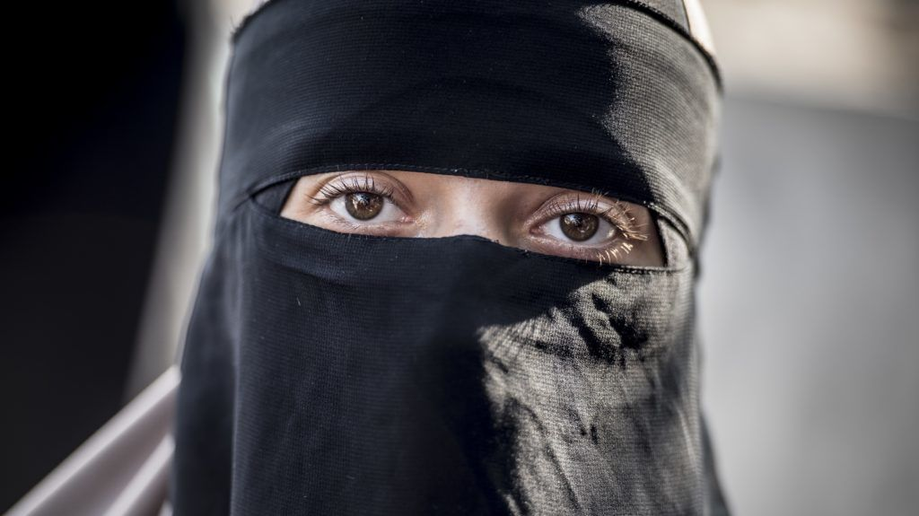 """On August 3rd 2018 the first woman was charged under the new law making it illegal to bear veils in public. She received the so-called 1000 dkk """"burka-fine"""" for wearing her niqab in public in Hoersholm, Northern Zealand. The incident happened after police was called following a confrontation between the 28-year-old woman and another shopper in Hoersholm Midtpunkt shopping center. The confrontation seems to stem from the woman in niqab believing the other woman tried to pull off the niqab. Both are now charged in connection to the fighting in public and the 28-year-old also for wearing veils in public. The Danish ban on veiling, having become known as the """"burka-ban"""", has ben widely criticized latest by former UK Foreign Minister Boris Johnson."""