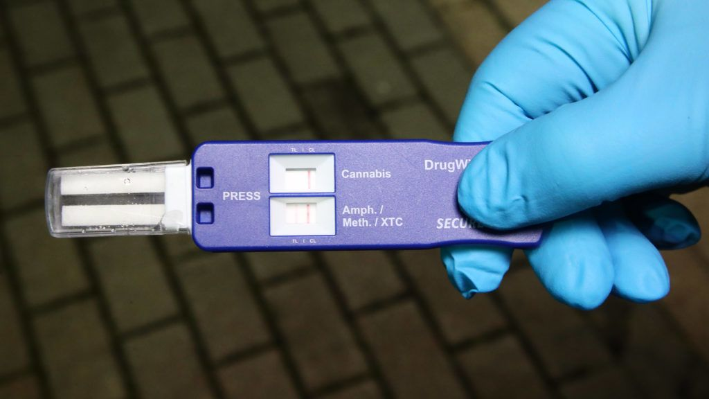 A customs officer shows a positive drug wipe test at the former border crossing point Germany/Czech Republic near Schoenberg, Germany, 13 December 2017. Especially combating of crime involving narcotic drugs is one of the focus points in the collaboration between the regional police directory Karlovy Vary (Czech Republic) in the course of a joint EU project. Photo: Bodo Schackow/dpa-Zentralbild/dpa