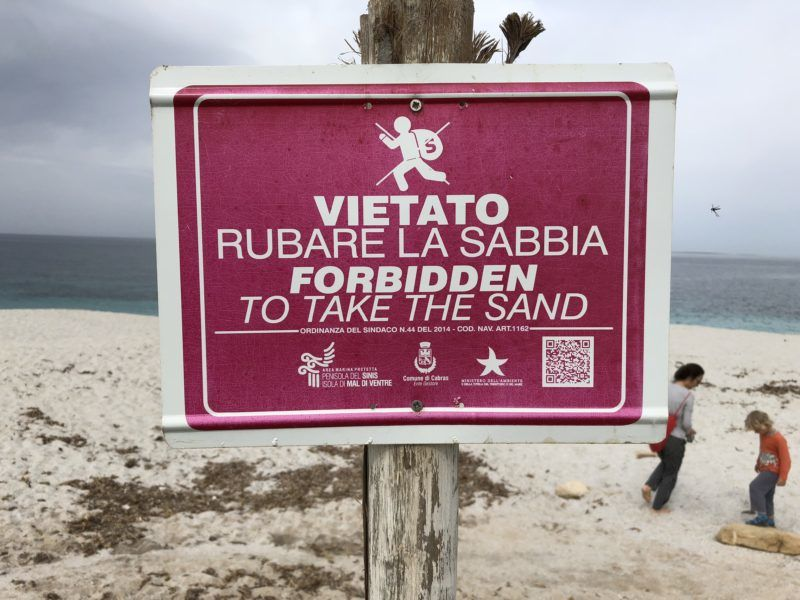 "26 April 2018, Italy, Sardinia: A sign with the inscription ""Vietato Rubare la Sabbia - Forbidden To Take The Sand"" stands at the beach of Is Arutas (to take dpa sand prohibited - warning to German tourists of Sardinia from 03.08.2018) Photo: Annette Reuther/dpa"