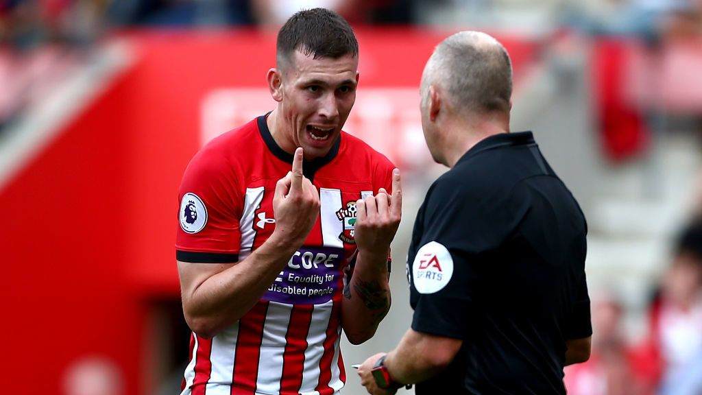 SOUTHAMPTON, ENGLAND - AUGUST 25:  Pierre-Emile Hojbjerg of Southampton speaks to a linesman during the Premier League match between Southampton FC and Leicester City at St Mary's Stadium on August 25, 2018 in Southampton, United Kingdom.  (Photo by Jordan Mansfield/Getty Images)