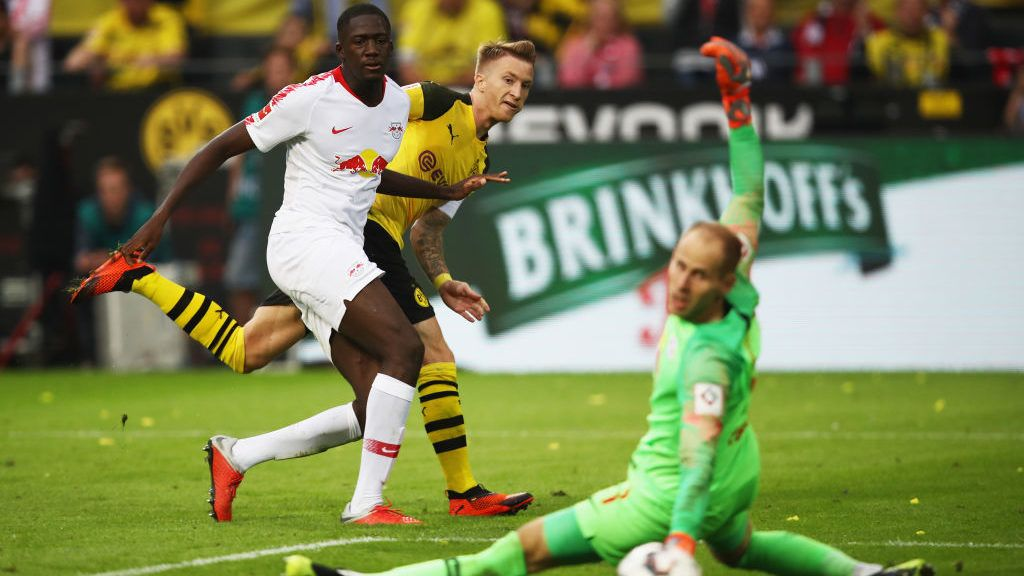 DORTMUND, GERMANY - AUGUST 26:  Marco Reus of Borussia Dortmund scores his team's fourth goal past Peter Gulacsi of RB Leipzig during the Bundesliga match between Borussia Dortmund and RB Leipzig at Signal Iduna Park on August 26, 2018 in Dortmund, Germany.  (Photo by Maja Hitij/Bongarts/Getty Images)