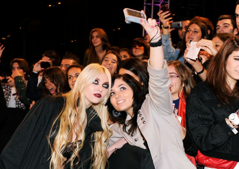 MADRID, SPAIN - NOVEMBER 07:  Musician Taylor Momsen poses for a picture with a fan as she attends the MTV Europe Awards 2010 at the La Caja Magica on November 7, 2010 in Madrid, Spain.  (Photo by Kevin Mazur/WireImage)