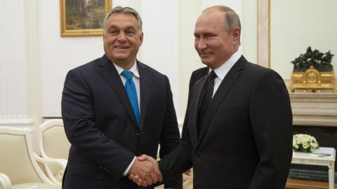Hungarian Prime Minister Viktor Orban (L) shakes hands with Russian President Vladimir Putin during their meeting in the Kremlin in Moscow, on September 18, 2018.  / AFP PHOTO / POOL / Alexander Zemlianichenko
