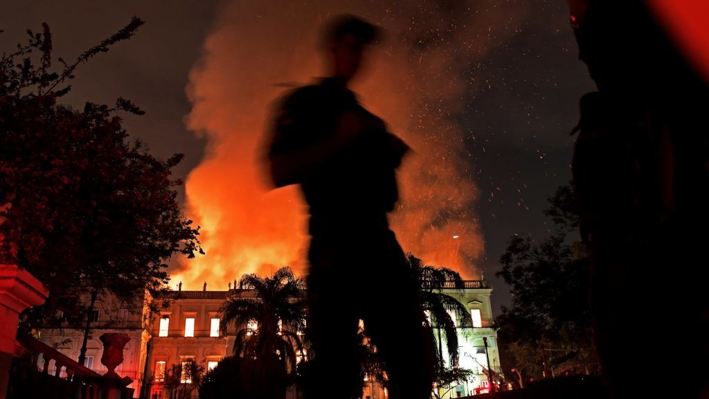 A massive fire engulfs the National Museum in Rio de Janeiro, one of Brazil's oldest, on September 2, 2018.  The cause of the fire was not yet known, according to local media. / AFP PHOTO / Carl DE SOUZA