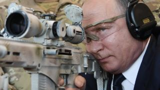 Russian President Vladimir Putin looks through the scope as he shoots a Chukavin sniper rifle (SVC-380) during a visit to the military Patriot Park in Kubinka, outside Moscow, on September 19, 2018. / AFP PHOTO / SPUTNIK / Alexey NIKOLSKY